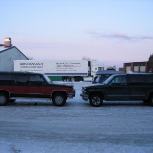 This is a picture showing my first 1991 GMC Suburban 6,2 liter Diesel (To the left). And my 1998 Checy Suburban 5,7 liter Vortec ( To the right). (My